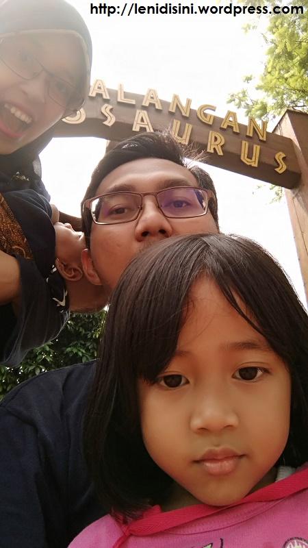 Niatnya mau selfie bareng Pterodactyl yang tergantung di gerbang tapiii fail, muka kami malah memenuhi frame xp