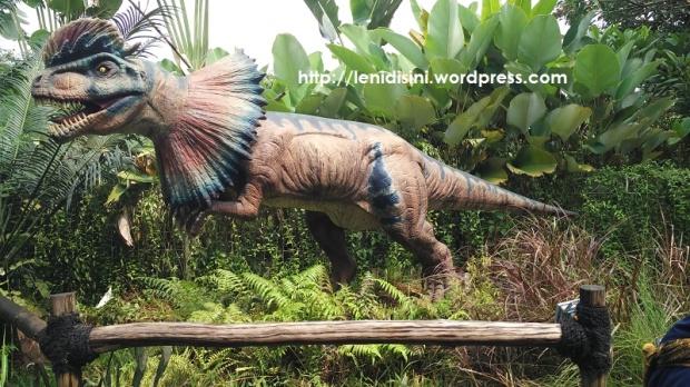 Dilophosaurus yang suka nyemprot-nyemprot air ke pengunjung :D